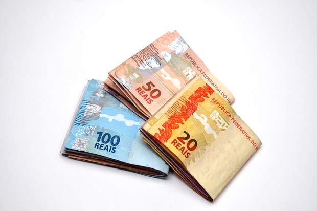 SÃO PAULO, SP, 09.06.2014: ECONOMIA-SP - Foto de três maços de dinheiro de R$20, R$50 e R$100 reais. (Foto: Léo Burgos/Folhapress)
