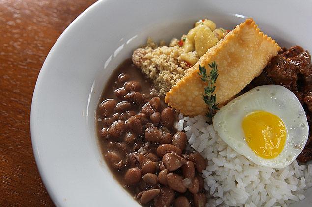 Prato com picadinho de carne, arroz, feijão, farofa, pastel de queijo e ovo frito