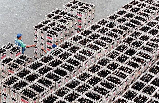 ORG XMIT: 580501_0.tif Engradados de cerveja na fábrica da Antarctica no bairro da Mooca, em São Paulo (SP). (São Paulo, SP, 04.03.2004. Foto de Roosevelt Cássio/Folhapress)