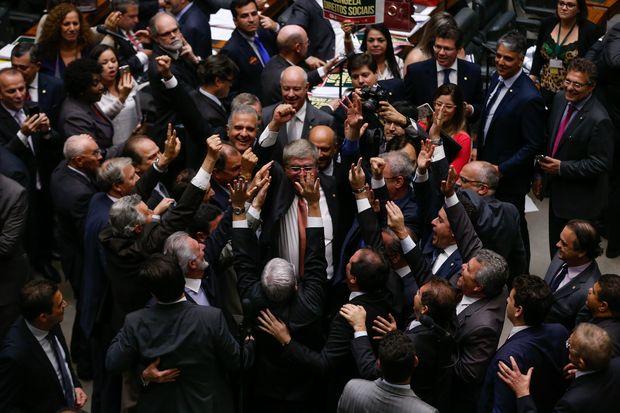 Deputados favoráveis e contrários a PEC que limita gastos públicos, durante a votação