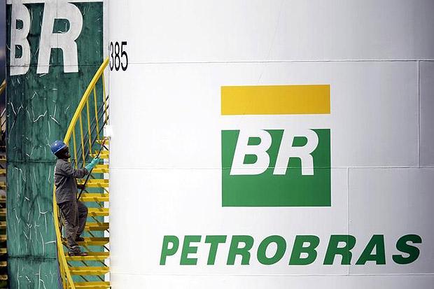 Trabalhador pinta tanque da Petrobras em Brasília