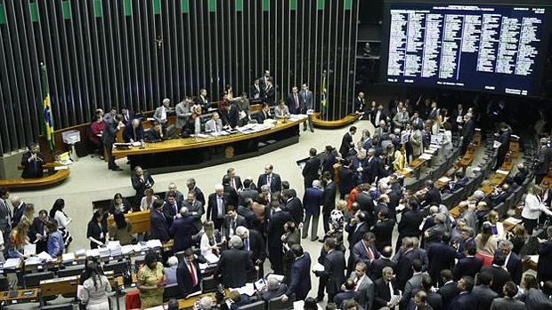 BBC. Repatriação de recursos não declarados: fim do prazo provoca correria em bancos suíços. Lei foi aprovada na Câmara sob o comando de Eduardo Cunha