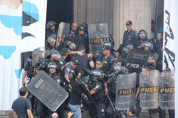 Rio de Janeiro, (RJ), 09/11/2016: PROTESTO DOS SERVIDORES P/BLICOS ESTADUAIS - Servidores Pv?blicos Estaduais realizam manifestavßv£o no Centro do Rio para protestar contra o que chamam de Pacote de Maldades. Foto: Luiz Souza/Fotoarena/Agência O Globo ORG XMIT: 1227725 ***DIREITOS RESERVADOS. NÃO PUBLICAR SEM AUTORIZAÇÃO DO DETENTOR DOS DIREITOS AUTORAIS E DE IMAGEM***