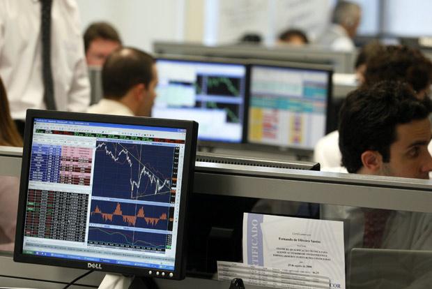 Bolsa bate terceiro recorde nominal seguido e emenda nona alta consecutiva; dólar recua
