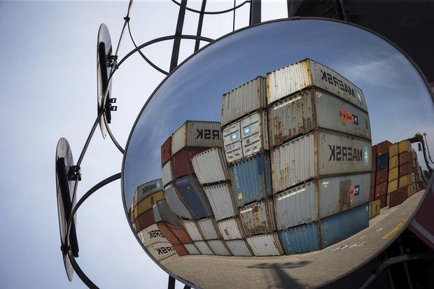 Cont�ineres refletidos em espelho em p�tio do porto de Santos (SP)