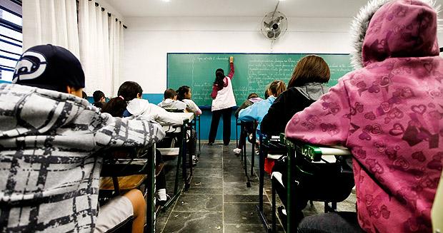 ORG XMIT: AGEN1108191258132712 SO PAULO, SP, BRASIL, 19-08-2011, 07h00: GOVERNO LOTA SALAS DE AULAS. Alunos da 5 serie em aula de Portugues na Escola Estadual Washington Alves Natel, no Parque Residencial Cocaia, na zona sul de Sao Paulo, escola superlotada, com uma media de 45 alunos por sala de aula. Escolas Estaduais de Sao Paulo possuem mais alunos em sala de aula que o recomendado MEC. (Foto: Apu Gomes/Folhapress, Cotidiano ) *** EXCLUSIVO***
