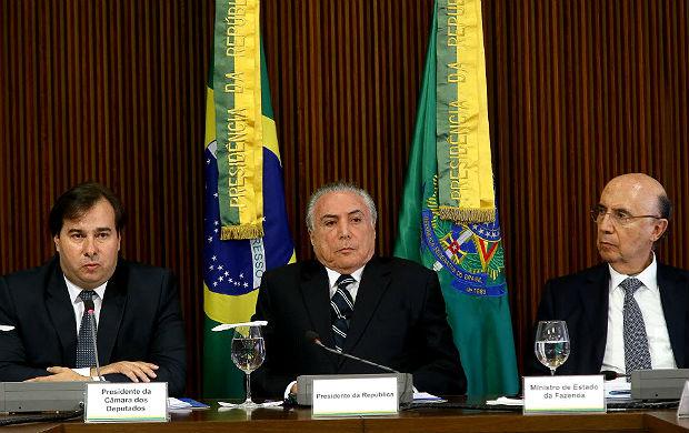 Rodrigo Maia (esq.), Michel Temer e Henrique Meirelles durante reunião com comissão da reforma da Previdência