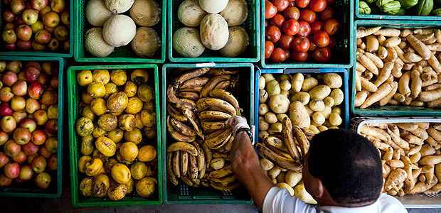 """SÃO PAULO, SP, BRASIL, 09-08-2011: Motorista da ONG (organização não governamental) Banco de Alimentos recolhe frutas e legumes de doador para redistribuir em São Paulo (SP). Contra a fome e o desperdício, Luciana Chinaglia Quintão, 49, do Banco de Alimentos, finalista da sétima edição do Prêmio Empreendedor Social, recria lei da oferta e da demanda. Com o slogan """"busca onde sobra, entrega onde falta"""", o Banco de Alimentos tem o objetivo de minimizar os efeitos da fome por meio do combate ao desperdício de alimentos, ao mesmo tempo em que promove educação e cidadania em três frentes: nas empresas doadoras, nas instituições filantrópicas e nas escolas. Por meio de seu programa mais antigo, o colheita urbana, complementou 40.276.775 refeições e realizou 8.142.189 atendimentos desde 1999. Atualmente, beneficia 22.171 pessoas com risco alimentar, em 51 instituições de São Paulo e do entorno. O Prêmio Empreendedor Social 2011, que acontece nos cinco continentes, é realizado no Brasil pelo jornal Folha de S.Paulo em parceria exclusiva com a Fundação Schwab, da Suíça. (Foto: Renato Stockler/Na Lata, 1388) *** DIREITOS RESERVADOS. NÃO PUBLICAR SEM AUTORIZAÇÃO DO DETENTOR DOS DIREITOS AUTORAIS E DE IMAGEM ***"""
