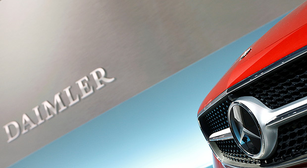 FILE PHOTO: The Mercedes star logo of an E Coupe is pictured before the annual news conference of Daimler AG in Stuttgart, Germany, February 2, 2017. REUTERS/Michaela Rehle/File Photo ORG XMIT: WR14