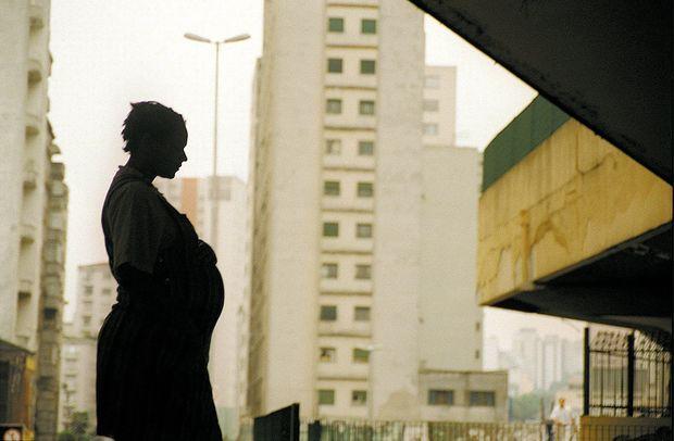 ORG XMIT: 412001_0.tif SP 450 Anos: a adolescente Karina Lemos dos Santos, 16, que está grávida de sete meses. (São Paulo, SP, 11.12.2002. Foto de Tuca Vieira/Folhapress)