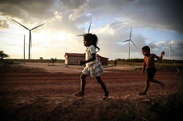 ARARIPINA/PI-BRASIL, 28/11/2017 - Criancas, Caue 4 anos, Renata, 10 e currinha de 5 anos, moradores de um Vilarejo que sofre com falata de agua proximo as torres de energia eolicas na serra do marinheiro no municipio de Araripina no Piauí Foto: Zanone Fraissat - Folhapress / MERCADO)***EXCLUSIVO***