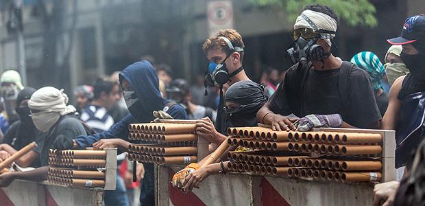 Manifestantes utilizam rojões em confronto com a polícia durante ato contra pacote de ajuste fiscal no Rio, em 2017