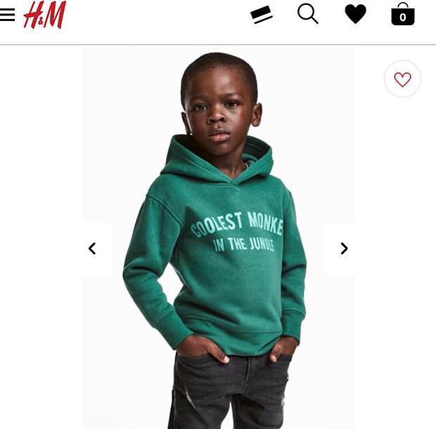 Propaganda da varejista H&M: garoto negro veste um casaco com frase 'O macaco mais legal da floresta