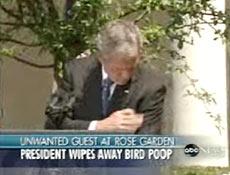 """Segundos depois, o presidente percebe o """"presente"""" e limpa a sujeira com a mão"""