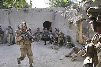Marinheiros ocupam casa depois de chegar em Nawa, reduto Taleban na Província de Helmand, no sul do Afeganistão