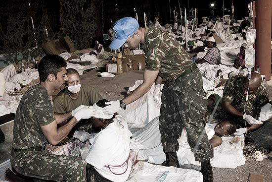 Haitianos afetados pelo tremor recebem atendimento em hospital improvisado na base do Exército brasileiro