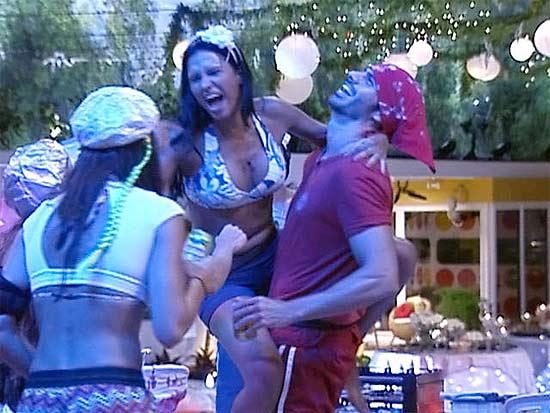 Ariadna durante a primeira festa da casa; ela se assumiu para Lucival