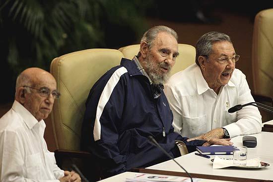 Rául Castro (à dir.), ao lado do irmão Fidel (centro); Fidel morre em Cuba aos 90 anos