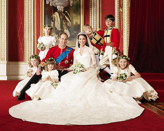 Kate exibe o glamour de seu vestido em uma foto com o marido, príncipe William, e suas daminhas e pajens