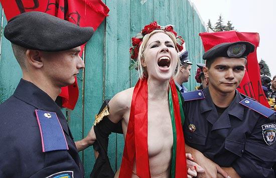 Polícia detém a ativista Alexandra Shevchenko, uma das que protestavam contra mudança na aposentadoria