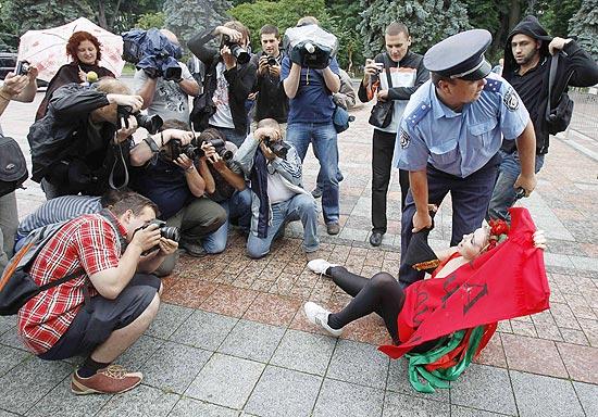 Ativista da Femen é detida por policial em protesto diante do Parlamento ucraniano, em Kiev