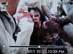 Foto tirada de celular mostra suposta imagem de Muammar Gaddafi ensanguentado