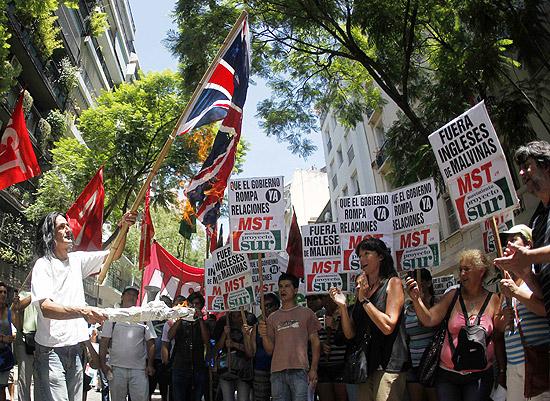 Argentinos fazem protesto contra declarações sobre Malvinas na embaixada do Reino Unido em Buenos Aires