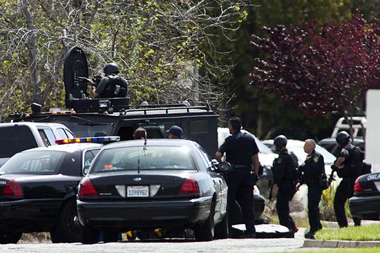 Equipes são vistas no local de tiroteio em universidade de Oakland, na Califórnia