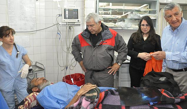 Raúl Fernando Gómez Cincunegui recebe atendimento médico em San Juan, na Argentina, após passar quatro meses perido nos Andes