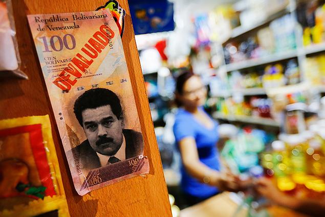 """Nota de cem bolívares com a inscrição """"desvalorizado"""" é colocada em mercado de Caracas"""