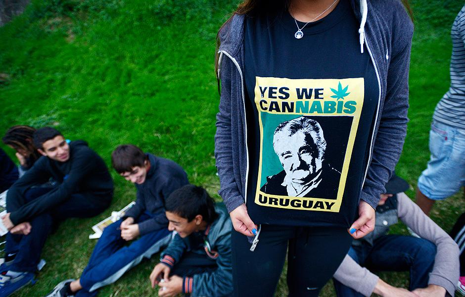 Jovem exibe camisa que associa a regulamentação da maconha ao ex-presidente uruguaio José Mujica
