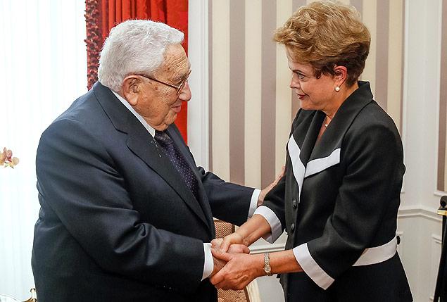 A presidente Dilma (à dir.) cumprimenta o ex-diplomata americano Henry Kissinger em Nova York