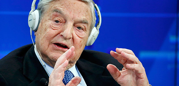O presidente da Soros Fund Management, George Soros fala durante palestra no Forúm Econômico Mundial, em Davos (Suiça). O investidor se desfez no 4º trimestre de 60% dos papéis da estatal brasileira Petrobrás. *** Georges Soros, Chairman of Soros Fund Management, speaks during the session 'Recharging Europe' in the Swiss mountain resort of Davos January 23, 2015. More than 1,500 business leaders and 40 heads of state or government attend the Jan. 21-24 meeting of the World Economic Forum (WEF) to network and discuss big themes, from the price of oil to the future of the Internet. This year they are meeting in the midst of upheaval, with security forces on heightened alert after attacks in Paris, the European Central Bank considering a radical government bond-buying programme and the safe-haven Swiss franc rocketing. REUTERS/Ruben Sprich (SWITZERLAND - Tags: BUSINESS POLITICS) ORG XMIT: CVI1880