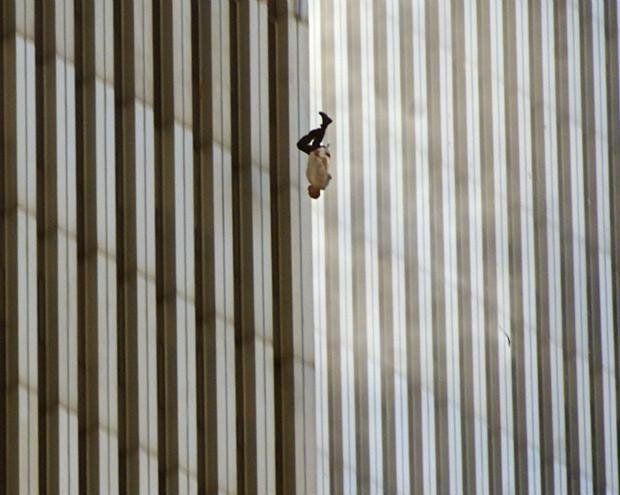 Homem se joga em meio ao incêndio provocado pela colisão dos aviões no World Trade Center, em NY