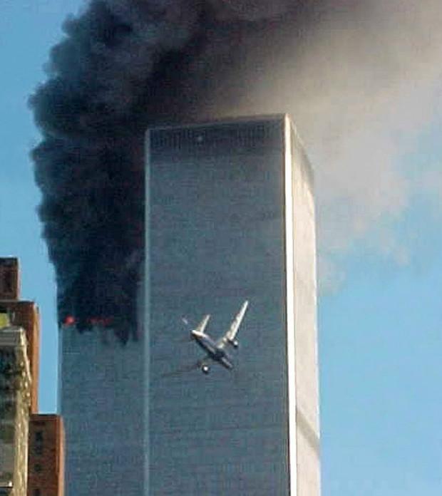 Momento em que o segundo avião atirado contra o WTC atinge a torre sul durante o 11 de Setembro