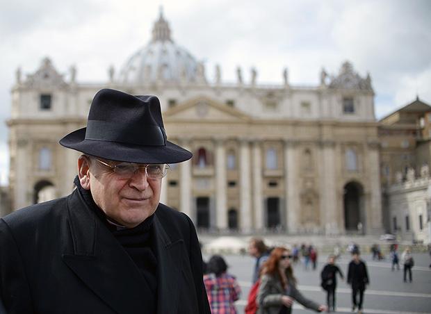 Cardeal Raymond Burke na praça São Pedro, Vaticano