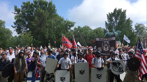 Imagem dos protestos da extrema-direita em Charlottesville no sábado (12)