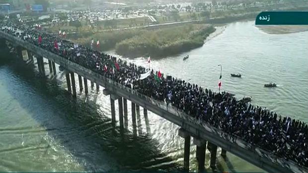 Imagem da TV estatal iraniana exibe imagens da manifestação pró aiatolá Ali Khamenei na cidade de Ahvaz