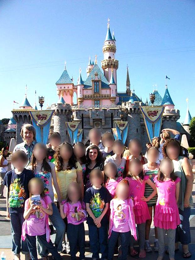 O que se sabe sobre os Turpin, a 'família feliz' que manteve os 13 filhos presos na Califórnia -- Várias fotos mostram a família visitando a Disney | Foto: David-Louise Turpin/Facebook