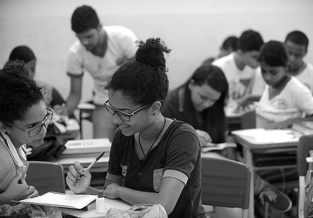 Rua Artur Xavier, s/n, Socorro. - Jaboatao dos guararapes, PE - Pernambuco, BRA - Brazil Escola de Referencia em Ensino Medio Poeta Mauro Mota, jornada Semi-Integral - Alunos do ensino medio em sala de aula estudando em dupla. Editoria: FSP-AGENCIA Bureau/Redaaoo: SAO. (Foto: Leo Caldas/Folhapress)- ***EXCLUSIVO FOLHA****