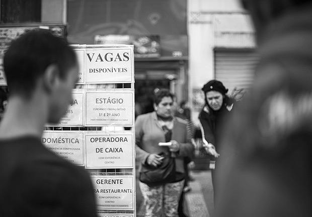 SAO PAULO - SP - 29.06.2016 - Populacao procura ofertas de emprego na rua Barao de Itapetininga, no centro de Sao Paulo. O IBGE divulgou nesta manha que a elevacao taxa de desemprego para 11,2% (Foto: Danilo Verpa/Folhapress, MERCADO)