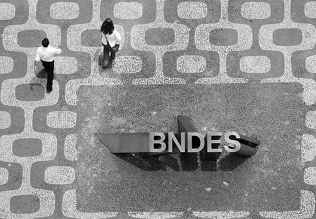 ORG XMIT: 390301_1.tif Pedestres caminham próximo à entrada principal do prédio que é a sede do BNDES, no centro do Rio de Janeiro (RJ). (Rio de Janeiro (RJ), 08.11.2008. Foto: Rafael Andrade/Folhapress)