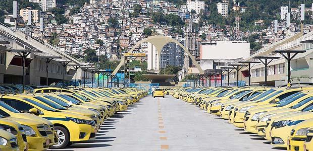 RIO DE JANEIRO, RJ, 27.07.2017 - TAXI-RJ - Protesto de taxistas em frente a sede da prefeitura do Rio de Janeiro contra a liberação do Uber, várias caravanas saíram de diferentes bairros da cidade para o ato, causando um grande congestionamento no trânsito, no Rio de Janeiro nesta quinta-feira, 27. (Foto: Clever Felix/Brazil Photo Press/Folhapress) *** PARCEIRO FOLHAPRESS - FOTO COM CUSTO EXTRA E CRÉDITOS OBRIGATÓRIOS ***