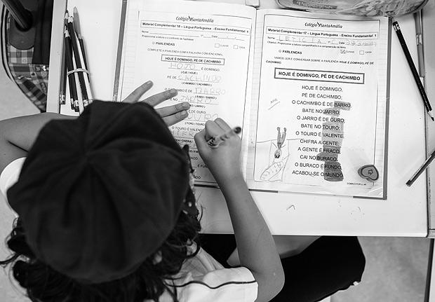 Aluna do primeiro anos do ensino fundamental do colégio Santa Amália usa caderno de português