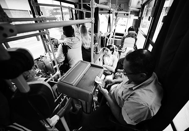 SAO PAULO, SP, BRASIL, 31-10-2016 - O COBRADOR DO WHATSAPP - 06:15:53 - Vamos acompanhar uma viagem de Antonio Erivaldo Souza, o Toninho, um cobrador o da linha 3139-31 (Jardim Vila Formosa/Praca da Republica), que usa o WhatsApp para avisar aos passageiros que o onibus esta chegando no ponto. Como essa linha so funciona das 6h as 8h e das 15h?s 17h, Toninho avisa os passageiros em tempo real o posicionamento do?nibus, que ajuda quem esta atrasado/adiantado. Toninho mandando mensagem para passgeiro. (Foto: Rivaldo Gomes/Folhapress, NAS RUAS) ***EXCLUSIVO AGORA *** EMBARGADA PARA VEICULOS ONLINE *** UOL E FOLHA.COM CONSULTAR FOTOGRAFIA DO AGORA *** FOLHAPRESS CONSULTAR FOTOGRAFIA AGORA *** FONES 3224 2169 * 3224 3342 ***
