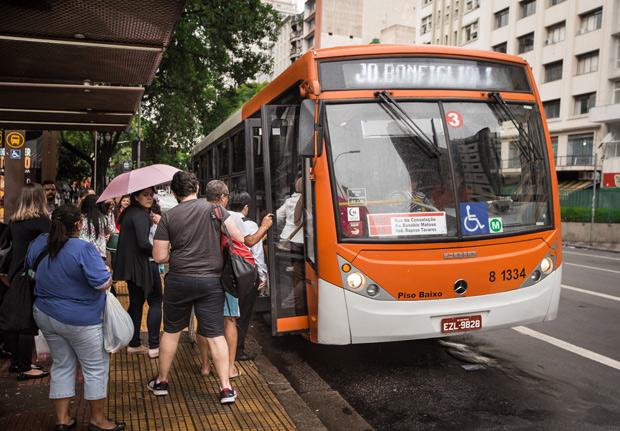 SÃO PAULO, SP, BRASIL, 21-12-2017 - LINHAS DE ÔNIBUS TERÃO MAIS BALDEAÇÕES - A gestão João Doria (PSDB) apresentou nesta quinta-feira, 21, sua proposta de nova organização do sistema de ônibus da capital paulista. Municipes em ponto de ônibus na Avenida Ipiranga. (Foto: Ronny Santos/Folhapress, CIDADES) ***EXCLUSIVO AGORA *** EMBARGADA PARA VEICULOS ONLINE *** UOL E FOLHA.COM CONSULTAR FOTOGRAFIA DO AGORA *** FOLHAPRESS CONSULTAR FOTOGRAFIA AGORA *** FONES 3224 2169 * 3224 3342 ***