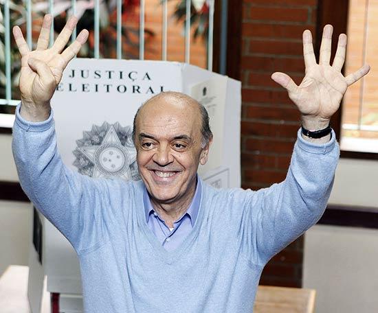 Candidato do PSDB à Presidência, José Serra, vota em São Paulo e posou para fotos