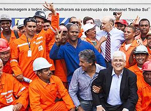 Na foto, Serra (de gravata) aparece junto com Paulo Preto, que está agachado, de camisa