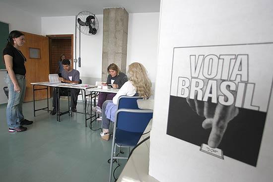 AGSP - Sao Paulo, SP, Brasil, 31/10/2010 - Politica - ELEICOES 2010 -As eleicoes comecaram as 8h (de BraiÕlia) na maior parte do pais. Os135,8 milhoes de eleitores brasileiros voltam as urnas neste domingo(31) para escolher o novo presidente da Republica. Disputam o segundoturno os candidatos do PSDB, Jose Serra, e do PT, Dilma Rousseff.Eleitores votam na Universidade Sao Judas Mooca, zona leste. Foto:Rivaldo Gomes/Folhapress (OUT CAPA DIARIO DE SAO PAULO)