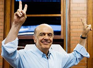 Em SP, Serra acena após votar